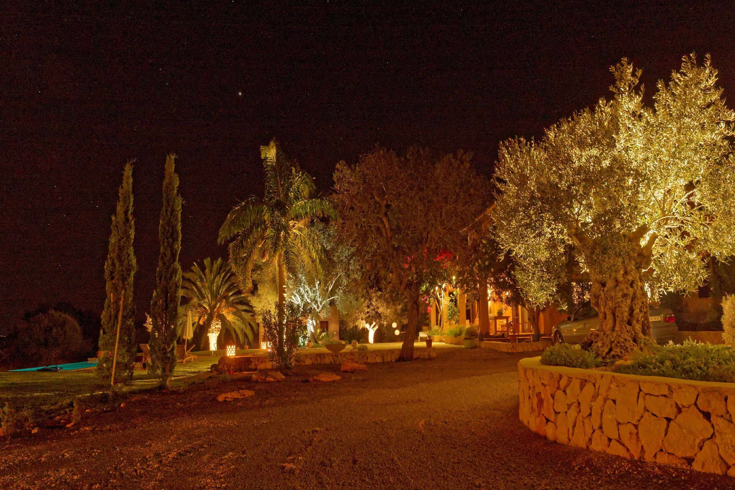 El Retiro Ses Salines | Der Garten in abendlicher Beleuchtung